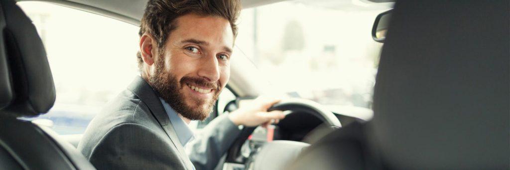 conductor de transfers somrient i elegant