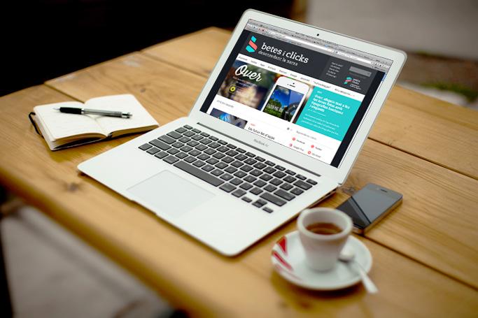 blog sobre tecnologia en ordinador portatil en taula de fusta