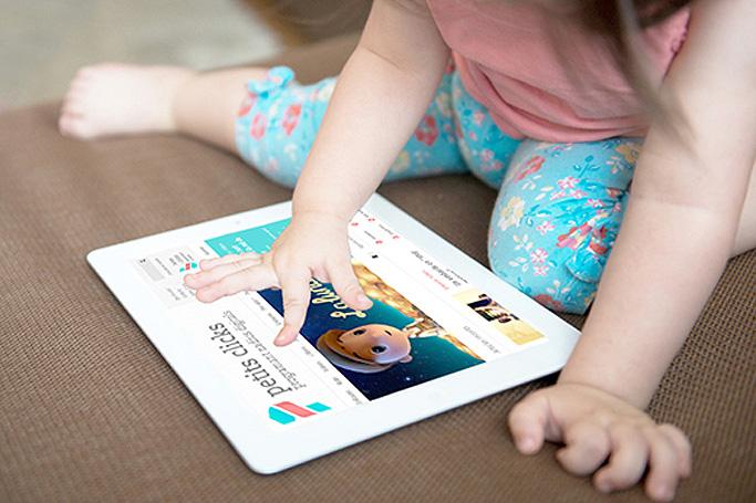 blog sobre tecnologia per pares amb nen navegant per tableta