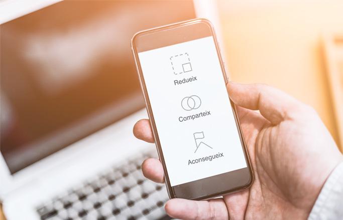 web de viver d'empreses i coworking vista en mòbil sobre ordinador