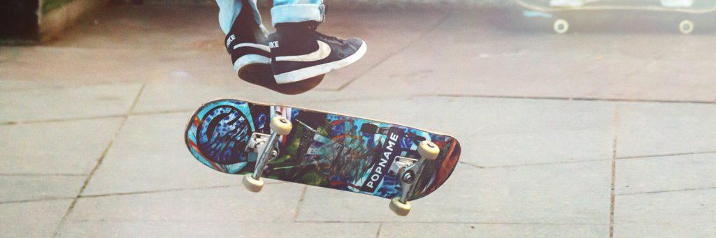 ollie amb skate en una plaça dura