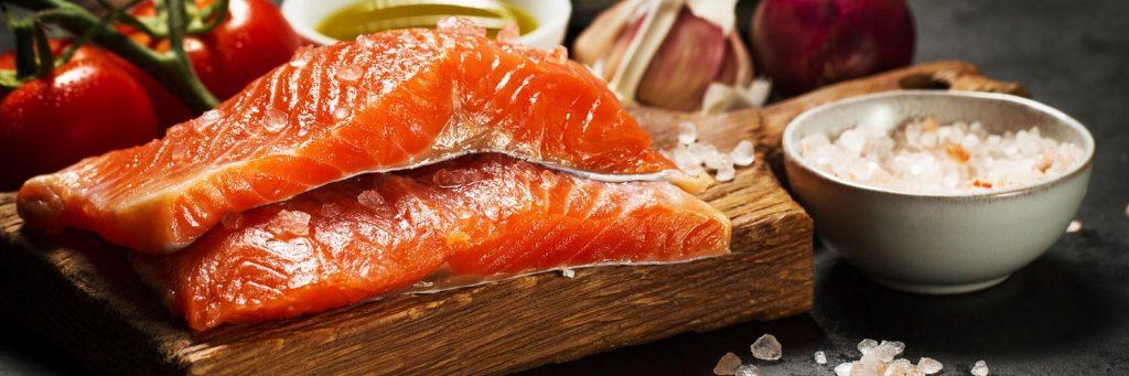 salmó sal i verdures de la dieta mediterrànea