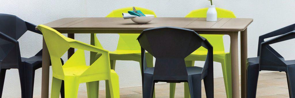 taula i cadires d'exterior de plàstic, modernes, verdes i negres