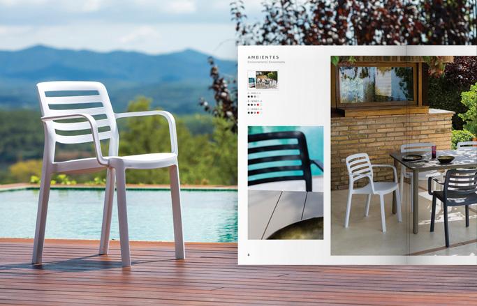 catàleg de mobles miniatura amb cadira sobre terra de fusta i piscina