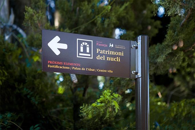 disseny de senyalització de patrimoni de cartell vertical a la natura